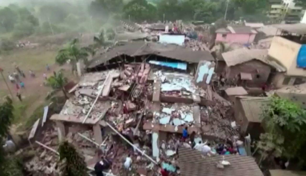 Al menos 90 atrapados bajo los escombros del un edificio que se ha derrumbado en Bombay, en la India