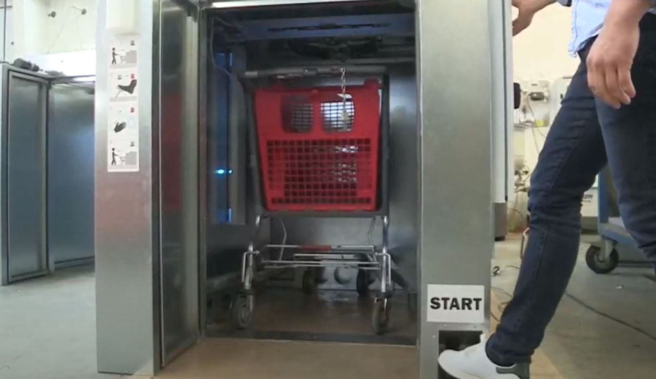 Una empresa belga crea un 'microondas gigante' para desinfectar los carros del supermercado de coronavirus