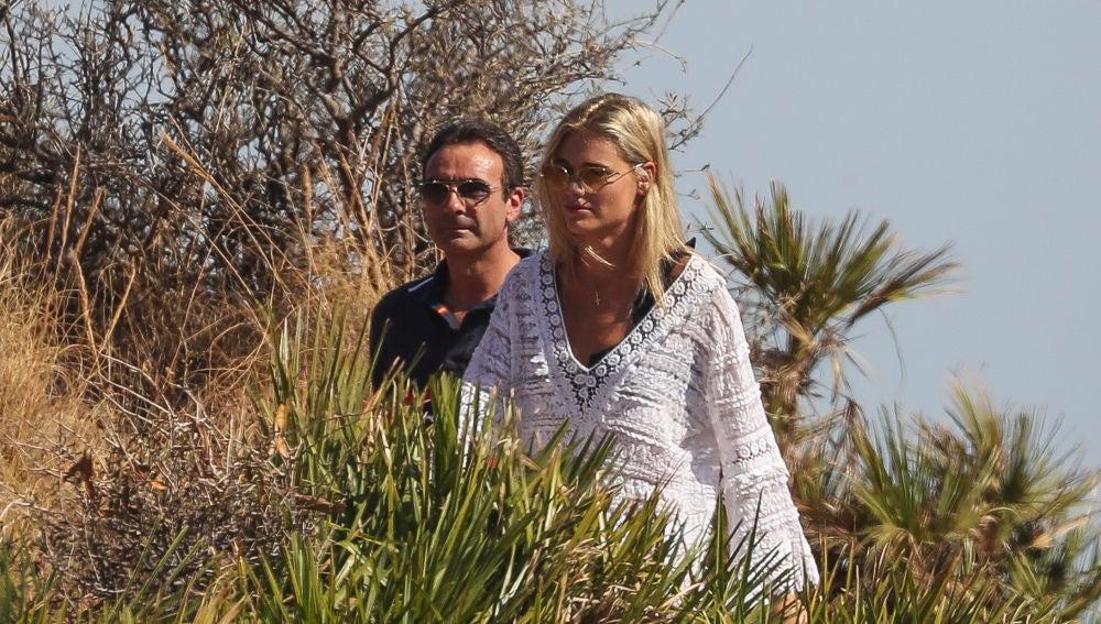 Enrique Ponce y Ana Soria durante su romántico paseo