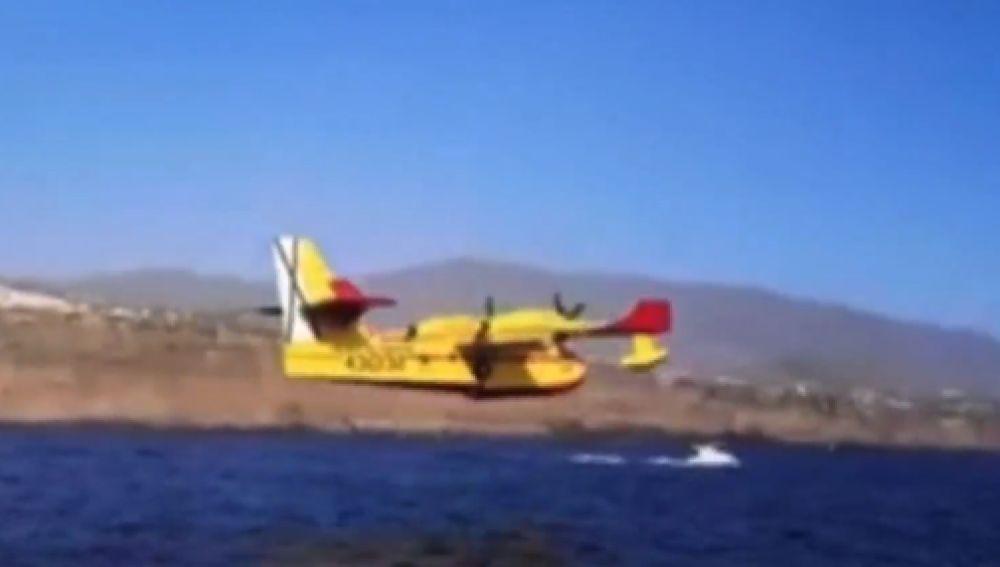 En qué zonas realizan los hidroaviones las maniobras de carga de agua y cómo debemos actuar ante ellas