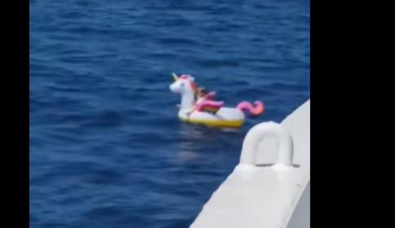 Rescate de una niña tras ser arrastrada en su flotador de unicornio