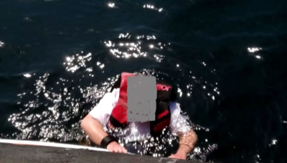Rescatan a un británico en el mar tras pasar tres días a la deriva subido a una tabla de surf en Marbella