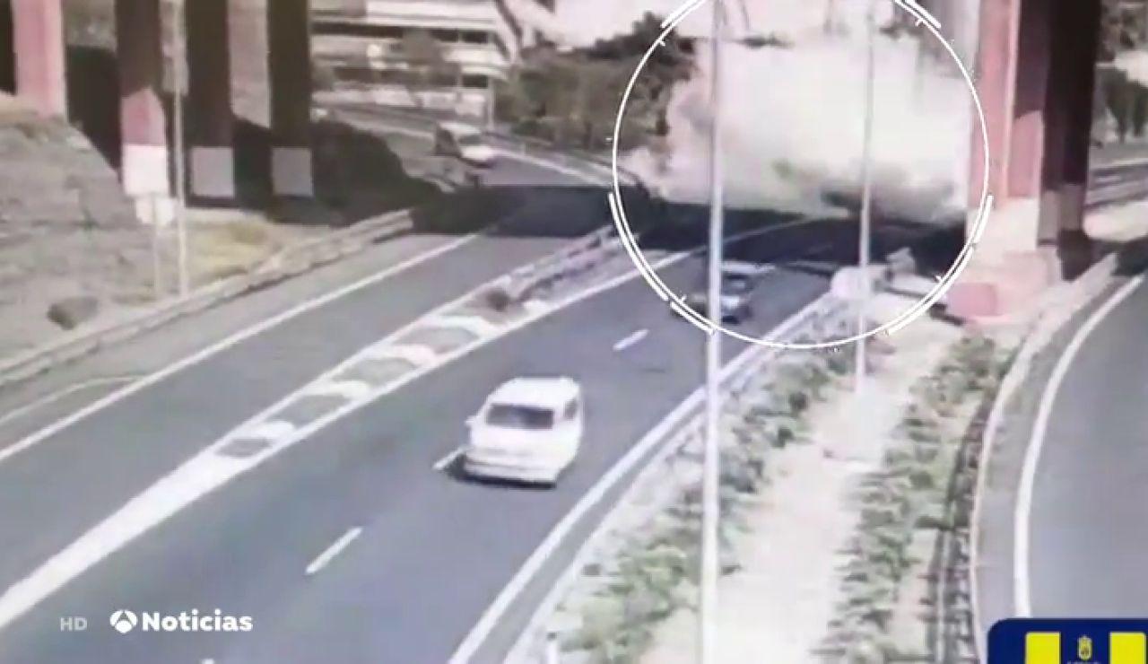 Espectacular vuelco de un camión hormigonera en Gran Canaria