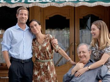 Itziar Miranda, Manu Baqueiro y José Antonio Sayagués han querido sorprender a Paula Usero y Carol Rovira en su adiós