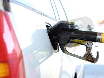 Imagen de un vehículo repostando gasolina