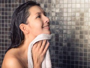 Mujer secándose después de la ducha con una toalla