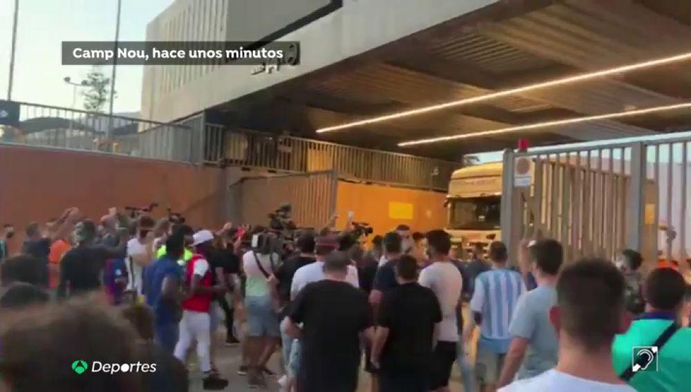 """Aficionados del Barcelona se cuelan en el Camp Nou al grito de """"Bartomeu dimisión"""" y son frenados por la Policía"""