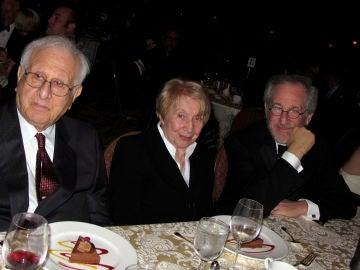 Steven Spielberg con sus padres Arnold Spielberg y Leah Adler. 2010