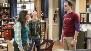 Mayim Bialik, Kaley Cuoco y Jim Parsons en 'The Big Bang Theory'