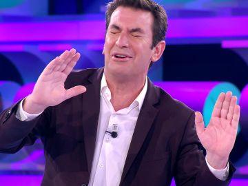 El divertido lapsus de Arturo Valls cuando estaba 'regañando' a los concursantes de '¡Ahora caigo!'