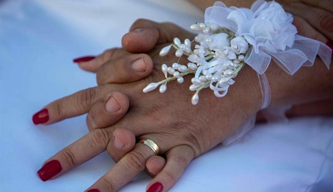 Celebran 50 bodas simultáneas y las retransmiten para visibilizar la crisis del sector nupcial en España