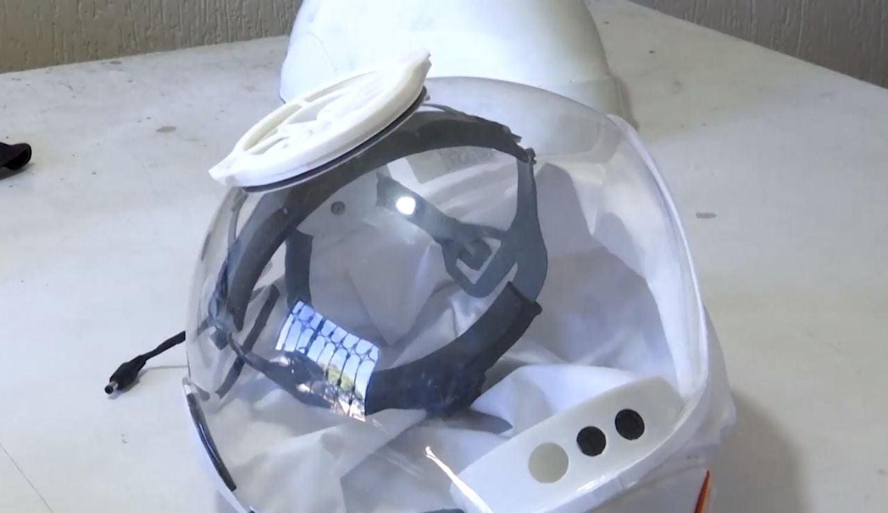 Una empresa colombiana desarrolla un casco-burbuja de protección contra el coronavirus