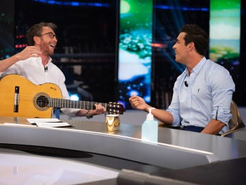 """Mario Casas saca su lado más """"intensito"""" en 'El Hormiguero 3.0' cantando 'Con un sorbito de champán' en directo"""