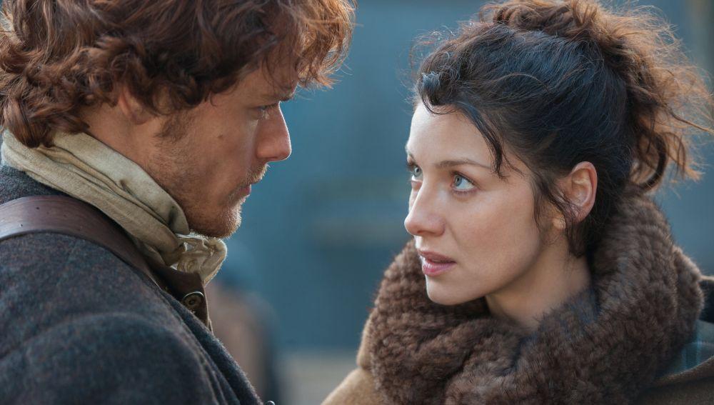 Sm Heughan y Caitriona Balfe como Claire y Jamie Fraser en 'Outlander'
