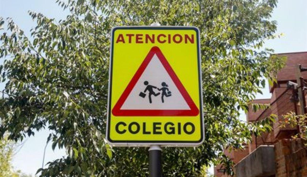 Señal de peligro 'atención colegio'