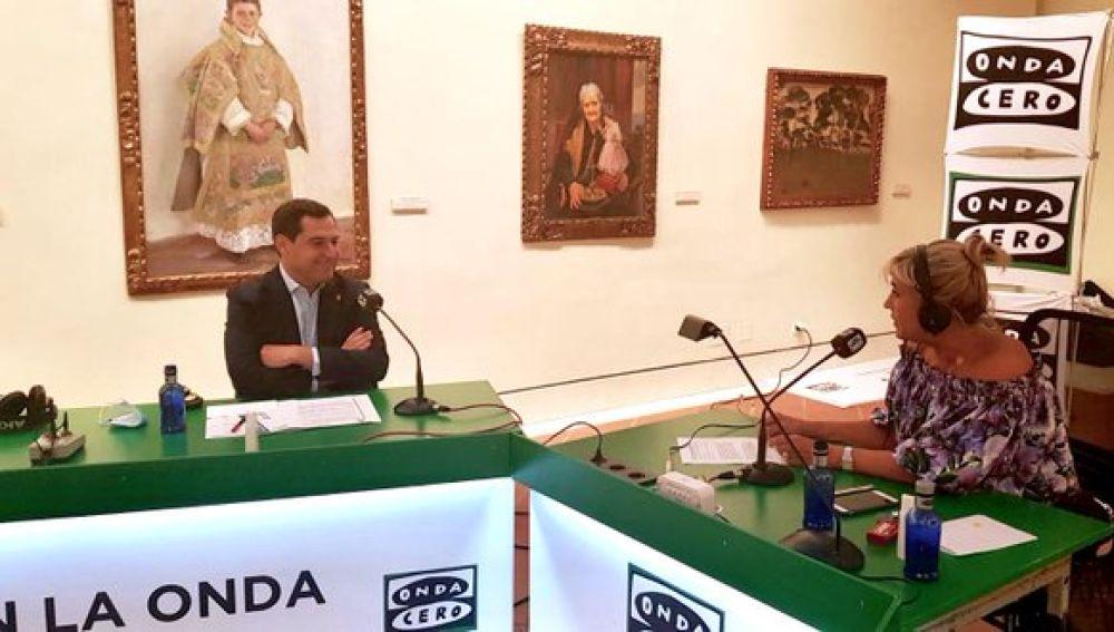 El presidente de Andalucía, Juanma Moreno, junto a Julia Otero