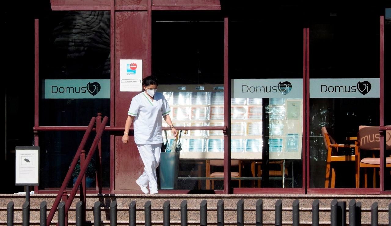 Una trabajadora de la residencia DomusVi en Outeiro de Rei (Lugo)