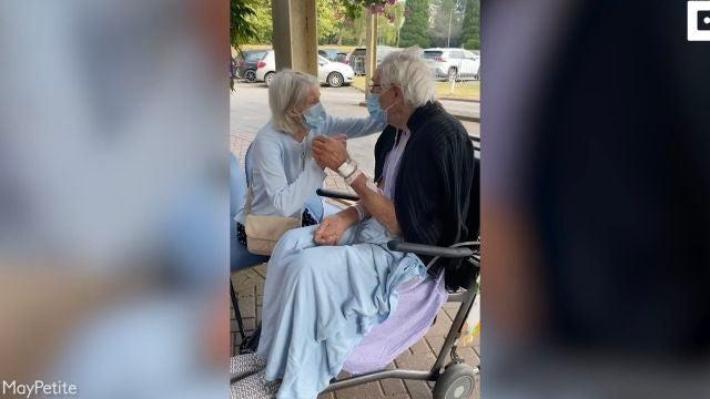 una pareja de ancianos se reúne después de meses separados