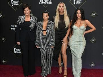 Kris Jenner junto a sus hijas, las hermanas Kardashian