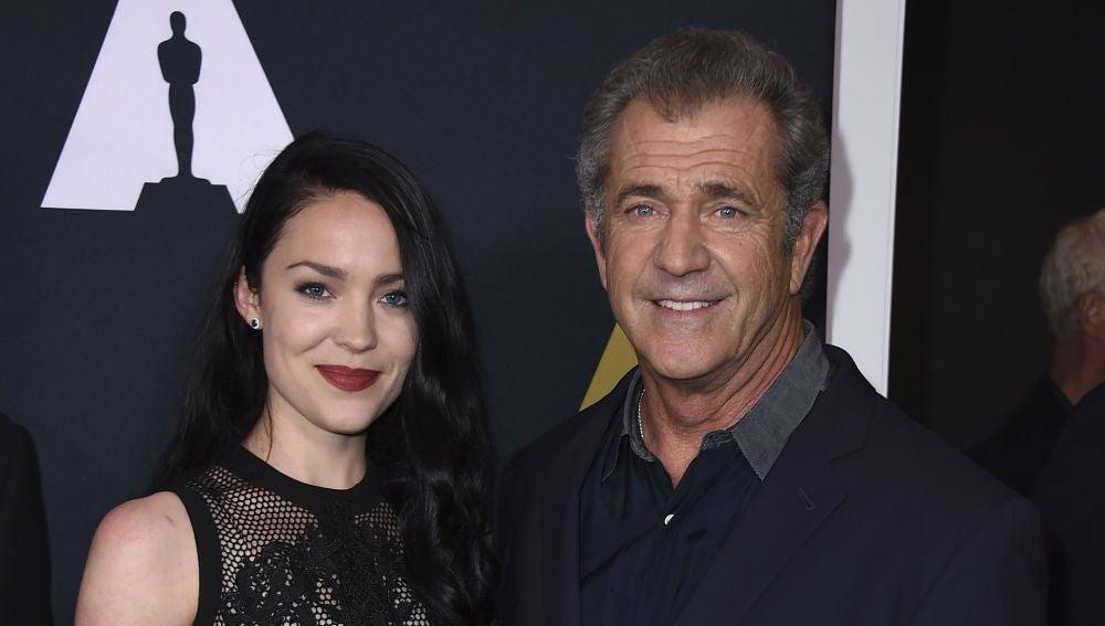 Mel Gibson junto a su pareja, Rosalind Ross