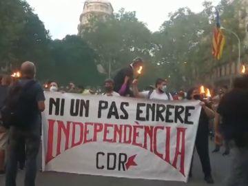 Los CDR inician una marcha en Barcelona por la Diada entre gritos de independencia y con la quema de un muñeco del rey