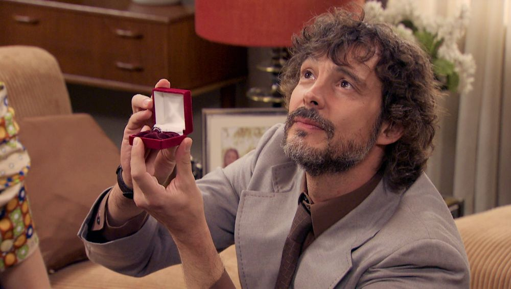 Guillermo se presenta en casa de Lourdes y le pide la mano delante de Mateo e Inma.