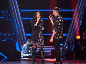 Francisco Cuenca cumple su sueño de cantar en directo con Laura Pausini en 'La Voz'