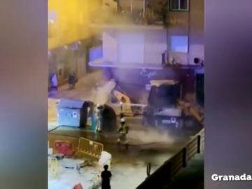 Un pirómano provoca el pánico en un barrio de Granada tras incendiar 20 contenedores