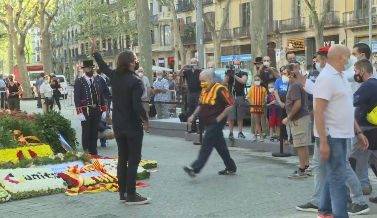 Momentos de tensión en la Diada de Cataluña entre varios independentistas y el periodista Cake Minuesa por una bandera de España