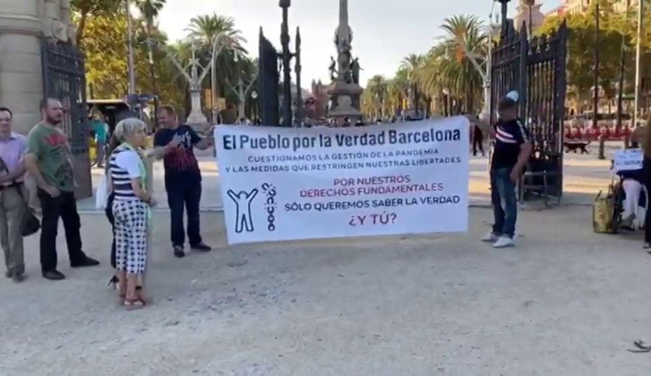 Negacionistas del coronavirus se manifiestan sin mascarillas en el Parque Ciutadella (Barcelona)