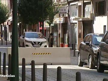 Varios vecinos del barrio confinado de Torrelavega rompen el cordón sanitario