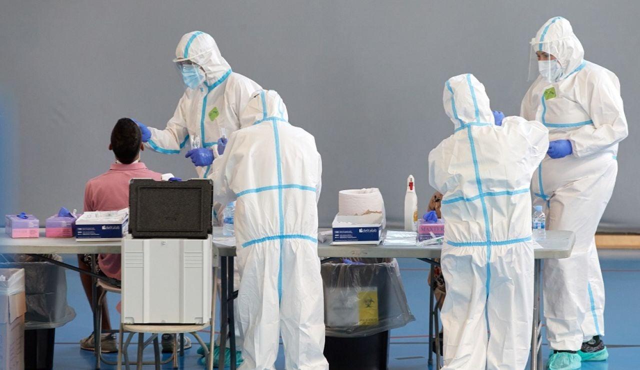 Personal sanitario realiza pruebas PCR en Girona