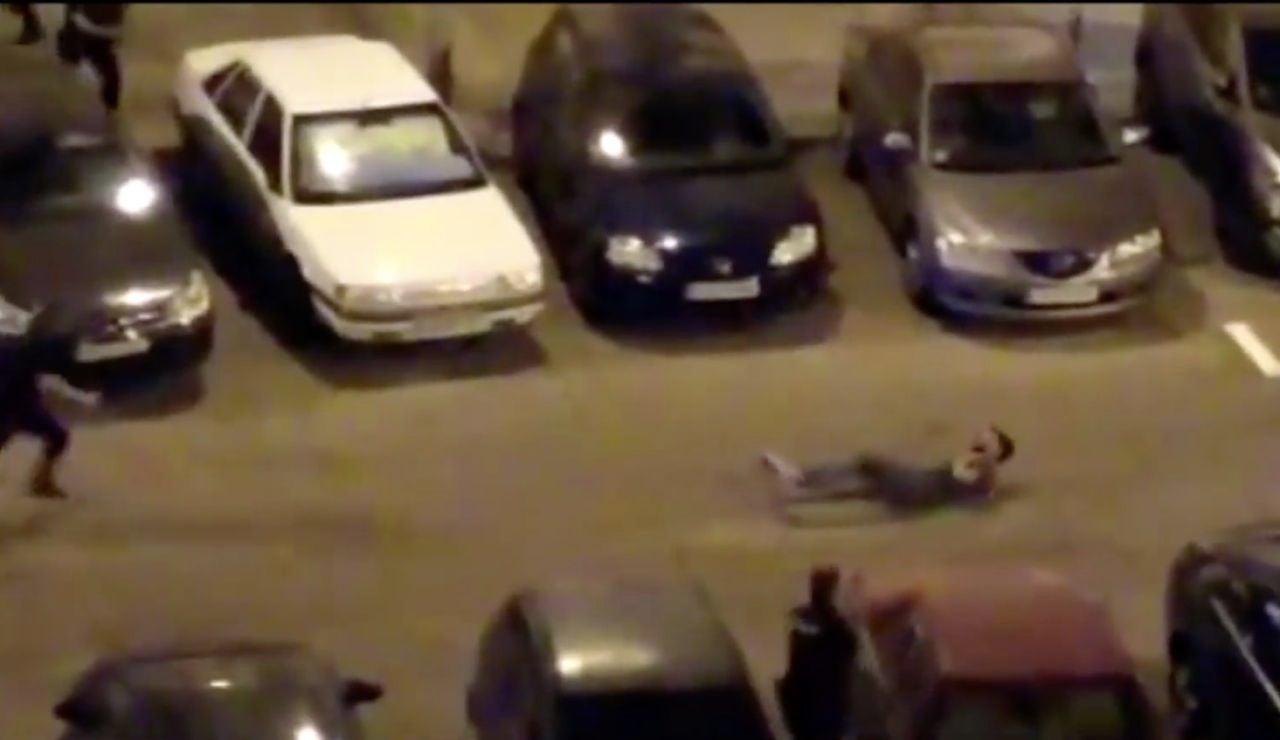 El joven tendido en el suelo