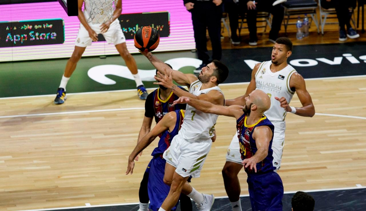 Facundo Campazzo entra a canasta ante la defensa del Barcelona