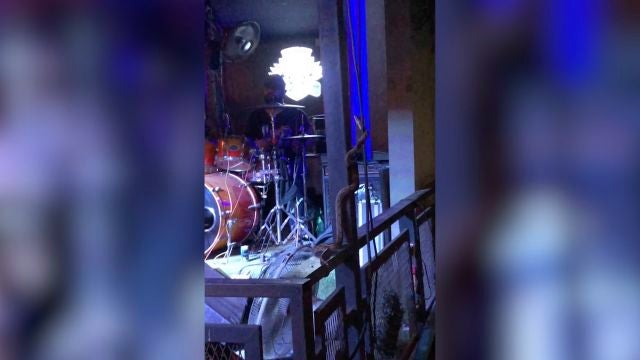 una serpiente interrumpe el concierto de una banda