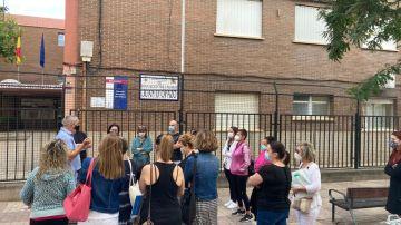 El director del instituto habla con un grupo de padres a las puertas del centro