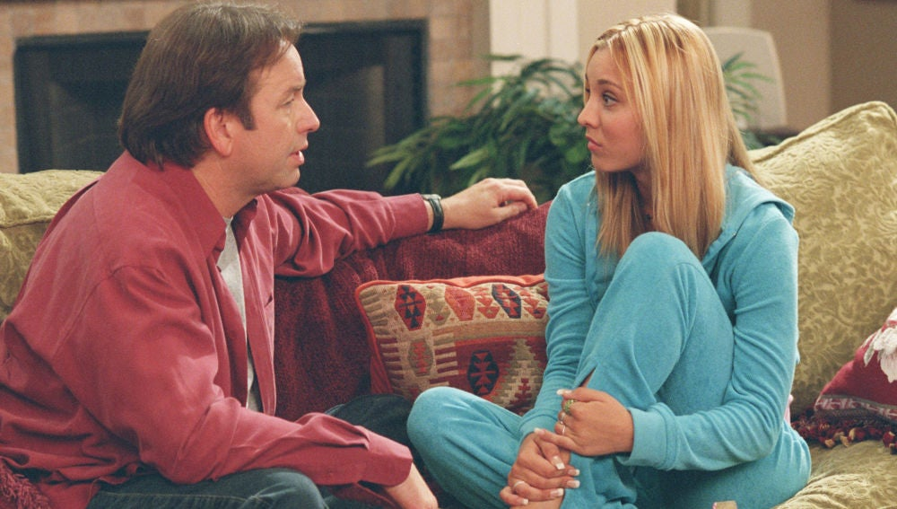 Kaley Cuoco y John Ritter en '8 Simple Rules for Dating My Teenage Daughter'