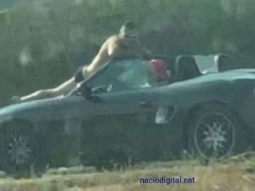 Graban a un hombre subido al capó de un coche, medio desnudo y a más de 120km/h en Cataluña