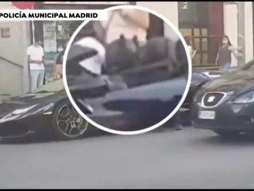 Multan a un joven vestido de Batman que conducía un Lamborghini por Gran Vía