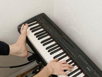Un talentoso hombre juega a videojuegos y toca el piano con un solo brazo y un pie