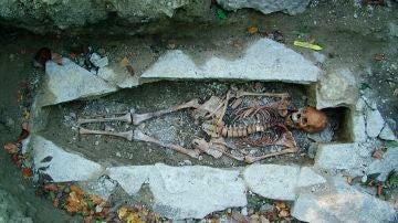El ADN de un esqueleto femenino llamado Kata encontrado en un sitio de entierro vikingo en Varnhem, Suecia