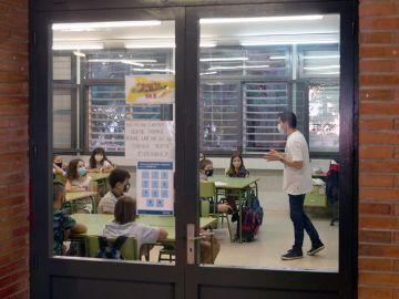 El 80% de los alumnos de primaria de un colegio de la Mina en Barcelona no va a clase por miedo al coronavirus
