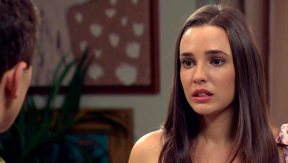 Emma le confiesa a Manolín que está embarazada de él
