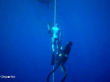 Arnaud Jerald y su increíble récord en apnea: 112 metros de profundidad y 3:24 minutos sin respirar