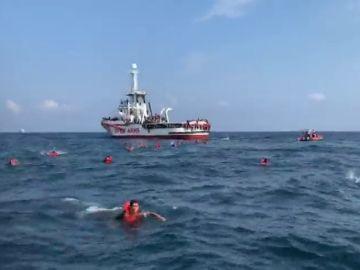 Más de 70 personas se lanzan desesperados al mar en Palermo antes de que el Open Arms llegara a puerto