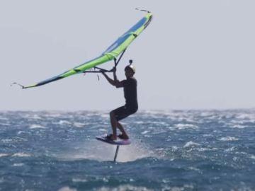Kai Lenny surca el agua en su wingfoil