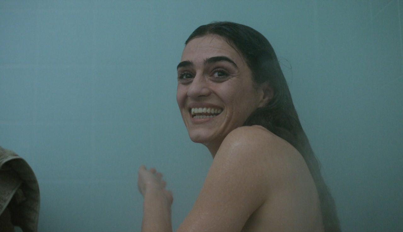 Una ducha de agua caliente despierta la complicidad entre Julia y Hugo en el Sector 1