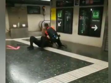 Pelea a puñetazo limpio entre dos vigilantes del metro de Barcelona