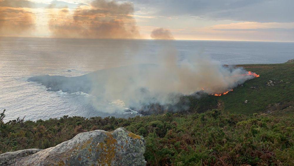 Incendio por un rayo en la isla de Ons. Parque nacional marítimo terrestre de las Islas Atlánticas