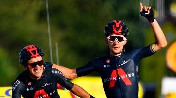 Michal Kwiatowski celebra la victoria junto a su compañero Richard Carapaz